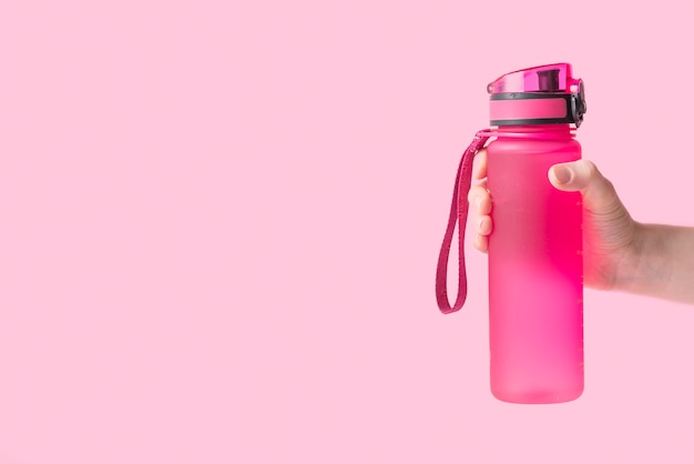 Composición elegante de deporte con botella de agua