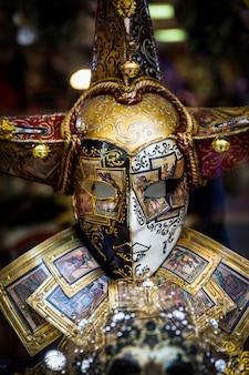 Composición elegante con máscaras del carnaval de venecia