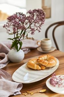 Composición elegante de la mesa de comedor con vajilla elegante y hermosos accesorios de cocina y personales. belleza en los detalles. plantilla.