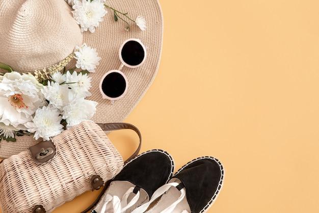 Composición elegante de verano con accesorios de verano. concepto de verano