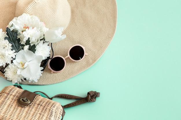 Composición elegante de verano con diferentes accesorios de verano.