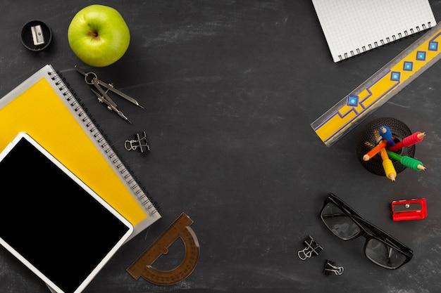 Composición de elementos del día de la educación con espacio de copia