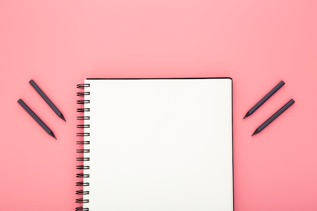 Composición de elementos de escritorio sobre fondo rosa