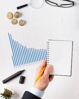 Composición de elementos de finanzas vista superior con bloc de notas vacío