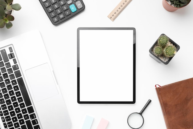 Composición de elementos de oficina con tableta de pantalla vacía
