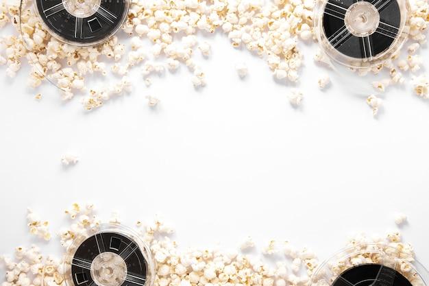Composición de elementos de película sobre fondo blanco con espacio de copia