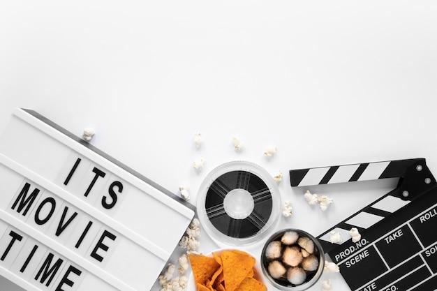 Composición de elementos de película sobre fondo blanco con letras