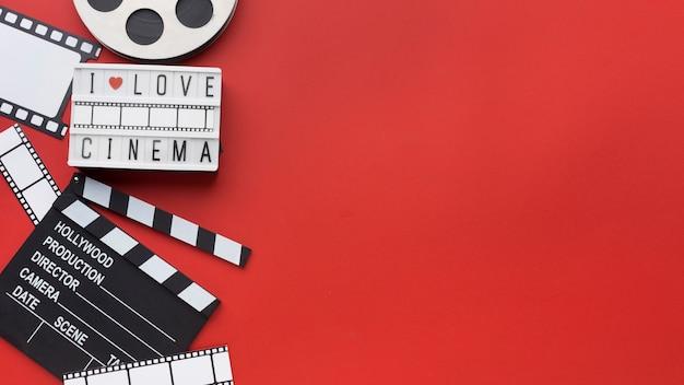 Composición de elementos de película sobre fondo rojo con espacio de copia