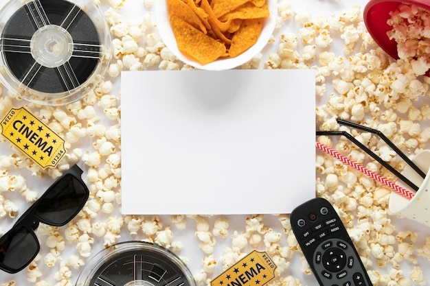 Composición de elementos de película de vista superior sobre fondo blanco con tarjeta blanca