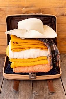 Composición de elementos de viaje en equipaje.