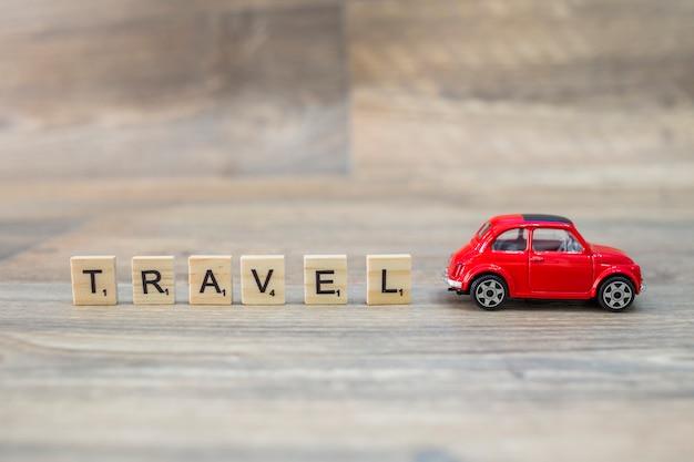 Composición de elementos de viaje con letras