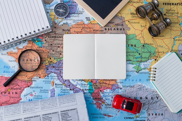 Composición de elementos de viaje con libro abierto