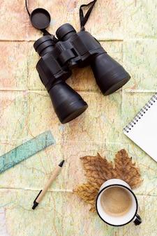 Composición de elementos de viaje de otoño