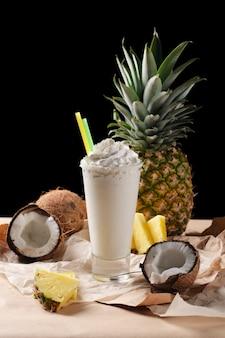 Composición de enfoque selectivo con coctel de coco servido.