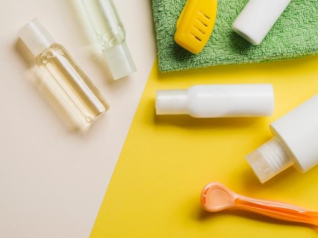 Composición enmarcada de productos para el cuidado.
