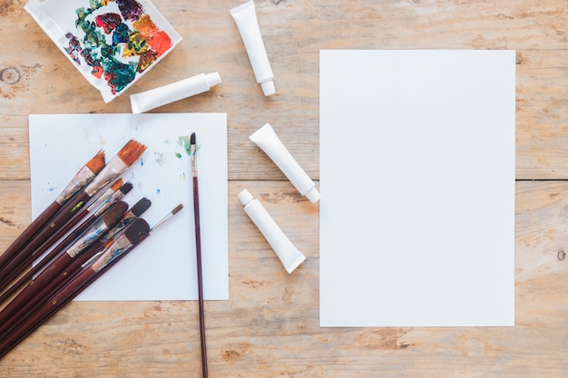Composición de equipos de pintores usados y papel.