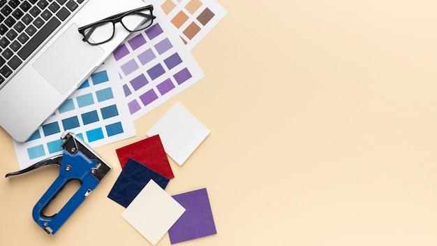 Composición de escritorio de diseñador gráfico plano laico con espacio de copia