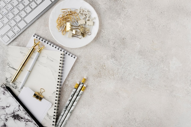 Composición de escritorio elegante endecha plana