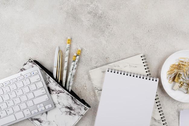 Composición de escritorio elegante vista anterior