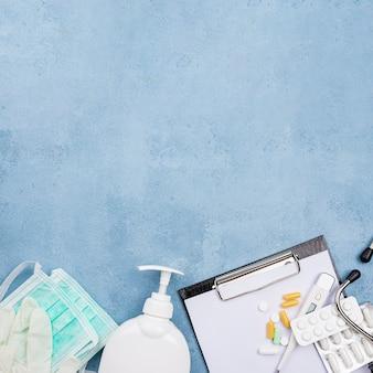 Composición de escritorio médico de vista superior con espacio de copia
