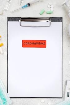 Composición de escritorio médico de vista superior con etiqueta de coronavirus
