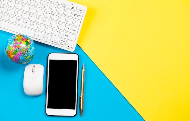 Composición de escritorio de negocios con smartphone en fondo pastel y espacio de copia