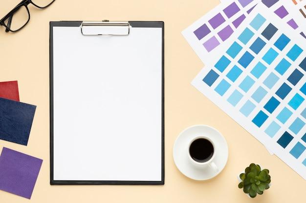 Composición de escritorio de oficina de vista superior para diseñador gráfico con portapapeles
