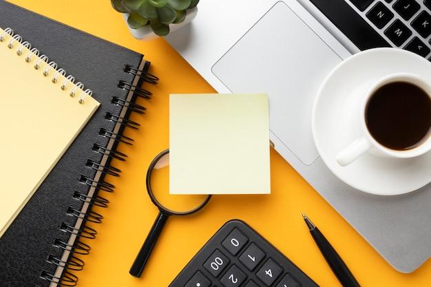 Composición de escritorio de oficina de vista superior con post-it vacío