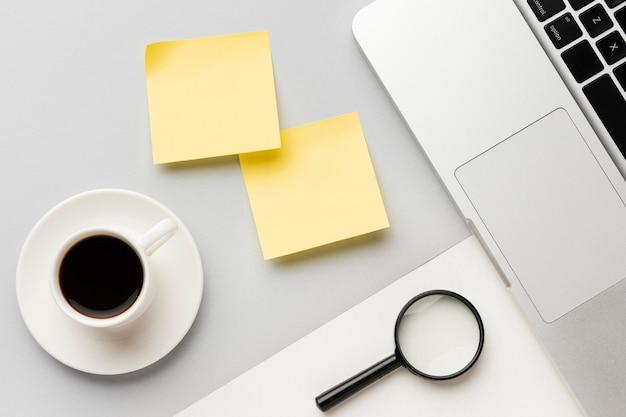 Composición de escritorio de oficina de vista superior con poste amarillo