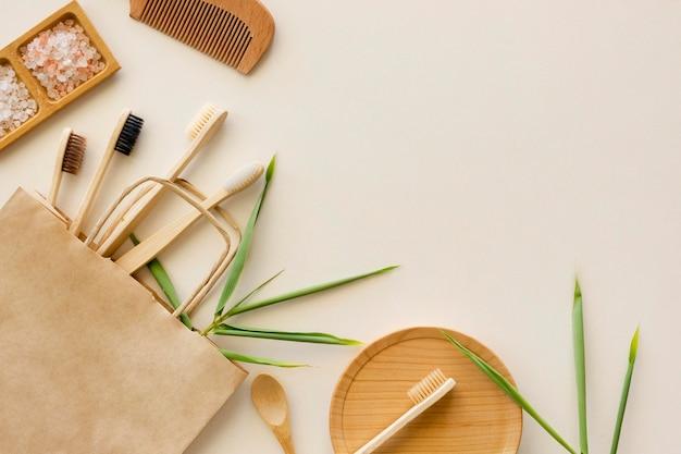 Composición del espacio de copia de cepillos de bambú de tratamiento de spa