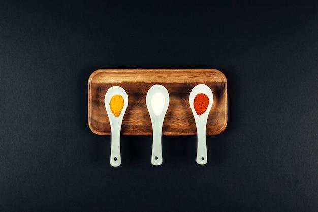 Composición de especias con tres cucharas