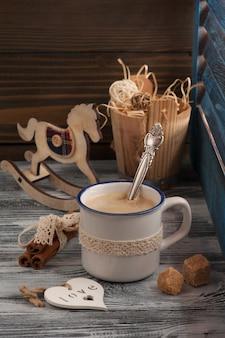 Composición de estilo de vida con taza de café, corazón, azúcar moreno