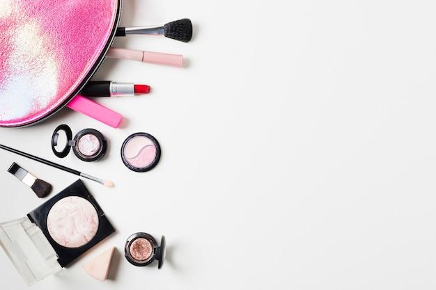 Composición de estuche de belleza y herramientas de maquillaje.