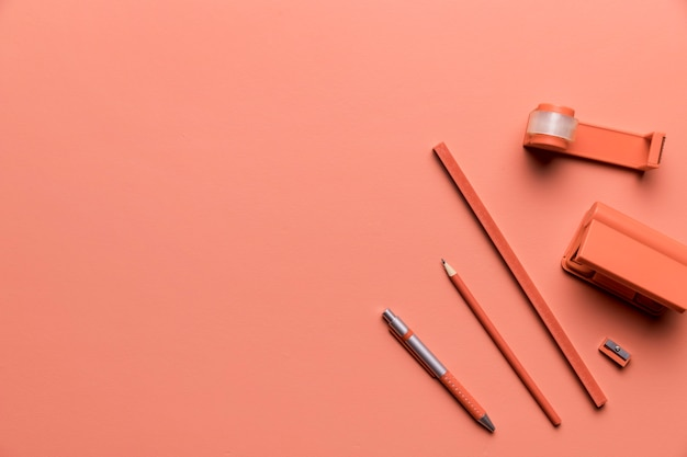 Composición del estudio de suministros en color rosa.