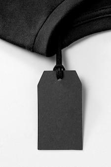 Composición de etiqueta negra vacía para camiseta.