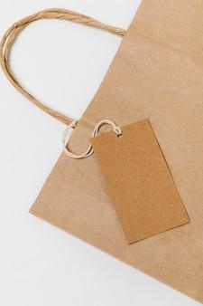 Composición de etiqueta reciclable y bolsa de compras.