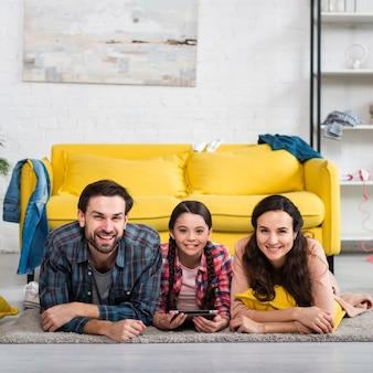 Composición de familia feliz y casa desordenada