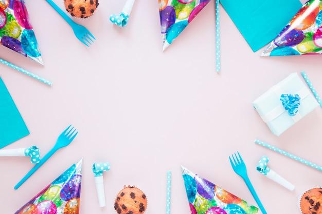 Composición festiva con artículos de cumpleaños y espacio de copia.