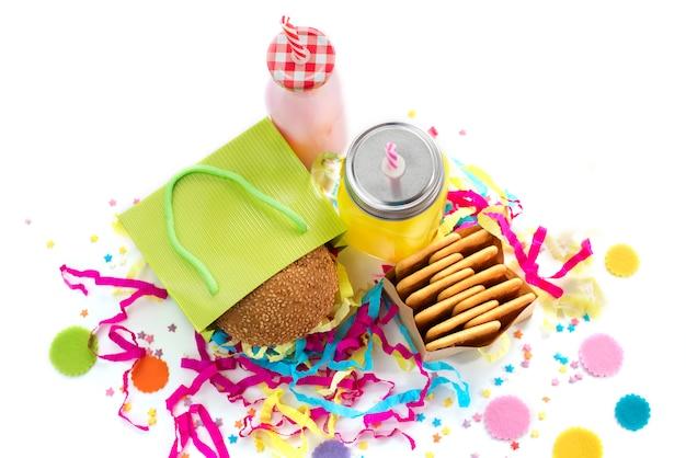 Composición festiva bebidas bocadillos festivo hamburguesa galleta oropel confeti caja de regalo