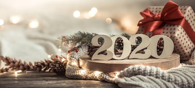 Composición festiva con caja de regalo y guirnalda ligera.