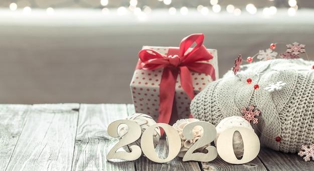 Composición festiva con caja de regalo.