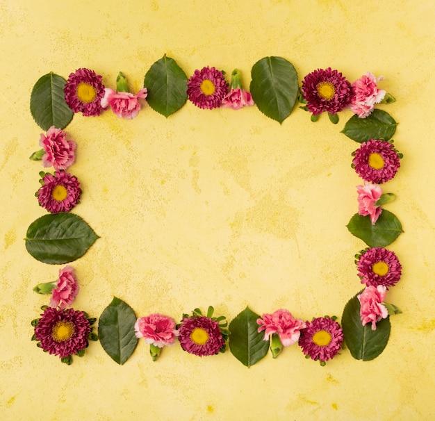 Composición festiva del marco de flores naturales