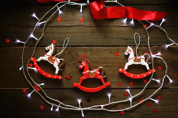 Composición festiva de navidad sobre fondo de madera