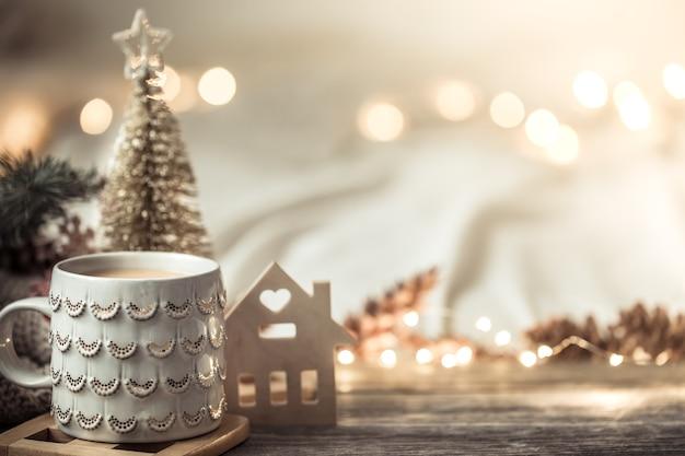 Composición festiva con taza sobre superficie de madera con luces