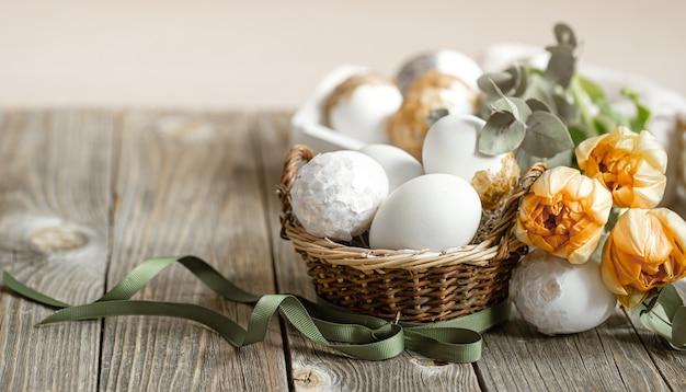 Composición festiva para las vacaciones de pascua con flores frescas y huevos de cerca. concepto de decoración de pascua.
