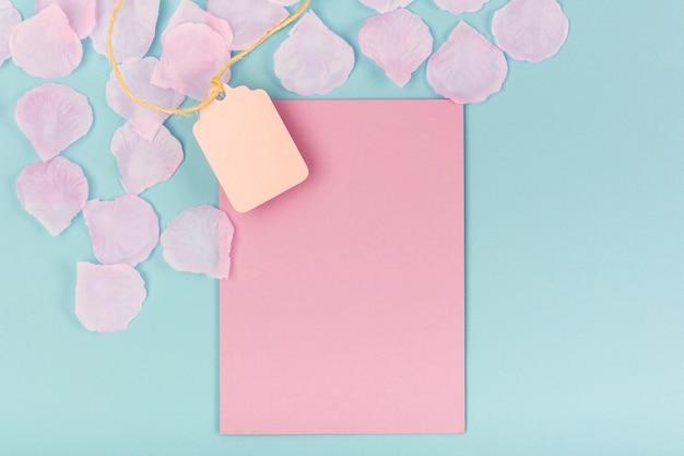 Composición de fiesta de quinceañera con tarjeta vacía rosa