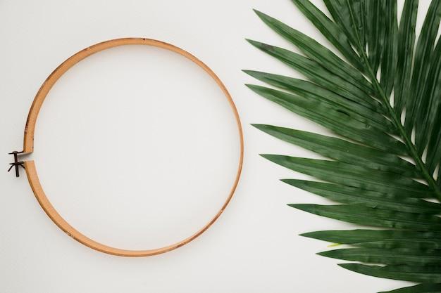 Composición flat lay de boda con anillo