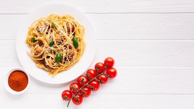 Composición flat lay de comida italiana con copyspace