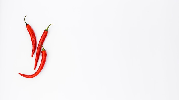 Composición flat lay de comida mejicana con chiles