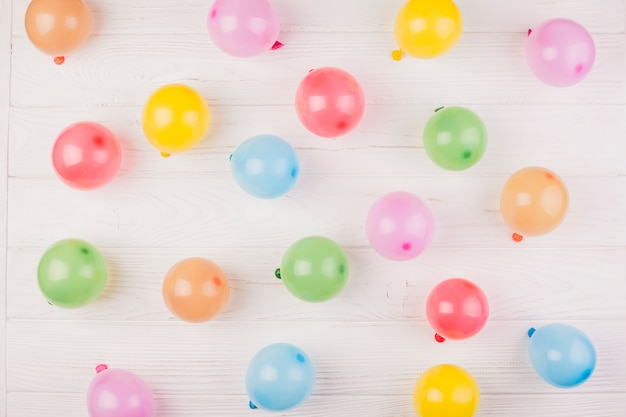 Composición flat lay de cumpleaños con globos